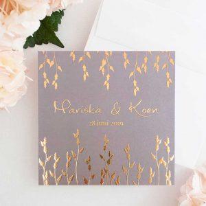 Trouwuitnodiging Botanic Gold met rose gouden bladeren