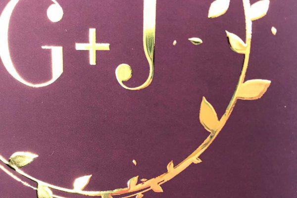 Close-up huwelijksuitnodiging Velvet Gold Leaf